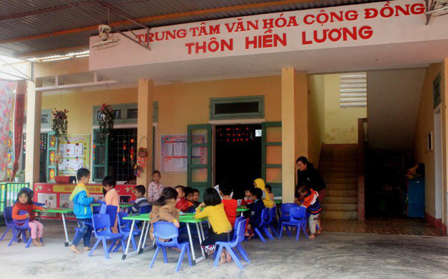 Trẻ mầm non học ké nhà sinh hoạt cộng đồng thôn - Ảnh 1.