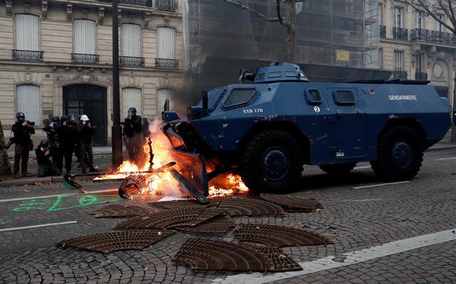 Lại biểu tình lớn ở Paris, bắt giữ hơn 700 người - Ảnh 1.