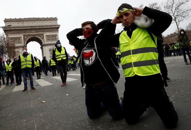 Lại biểu tình lớn ở Paris, bắt giữ hơn 700 người - Ảnh 2.