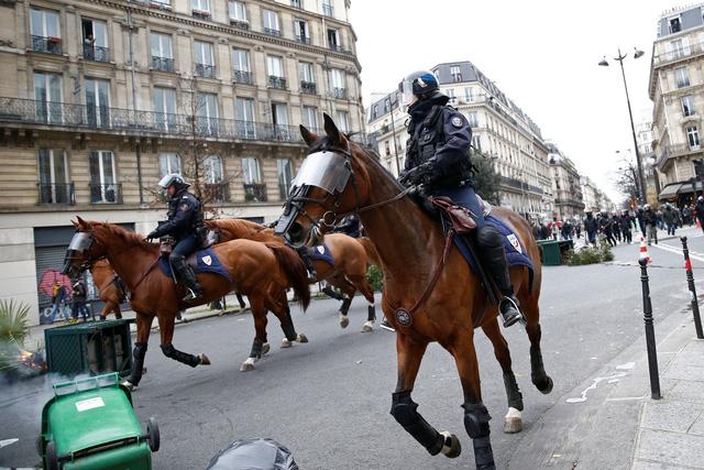 Lại biểu tình lớn ở Paris, bắt giữ hơn 700 người - Ảnh 3.