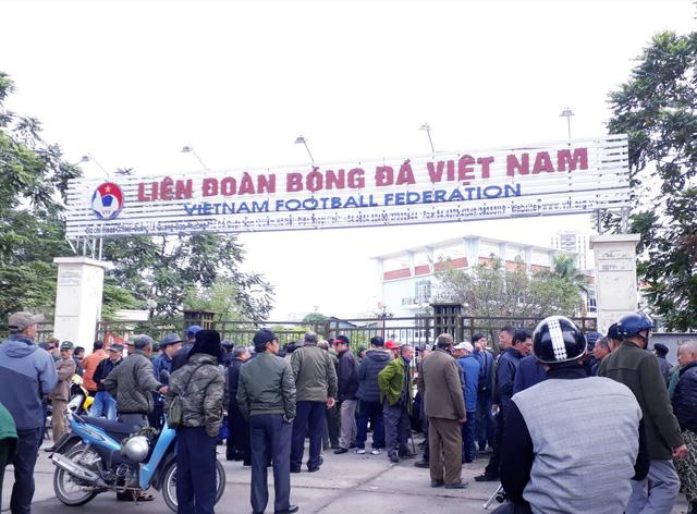 Lại tái diễn cảnh vây trụ sở VFF để mua vé trận VN- Malaysia - Ảnh 1.