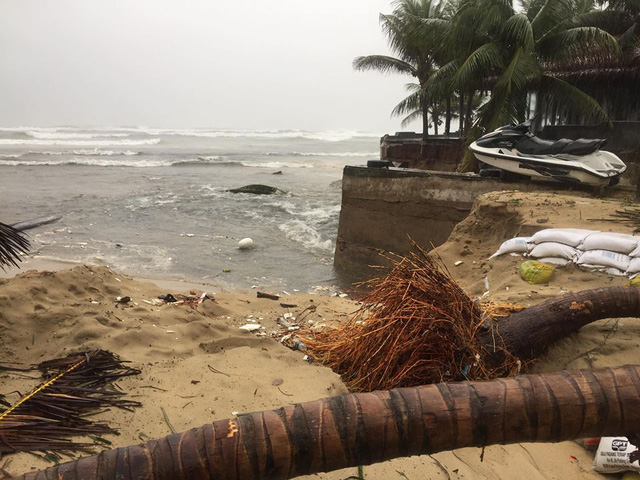 Đà Nẵng mưa lớn xé toạc bờ biển - Ảnh 3.