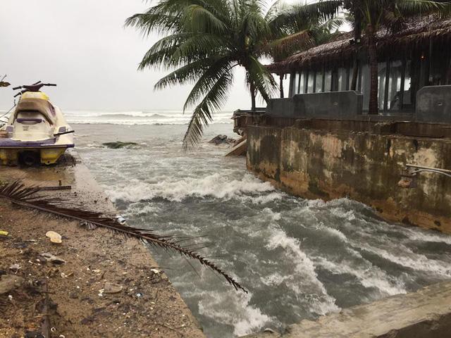 Đà Nẵng mưa lớn xé toạc bờ biển - Ảnh 2.