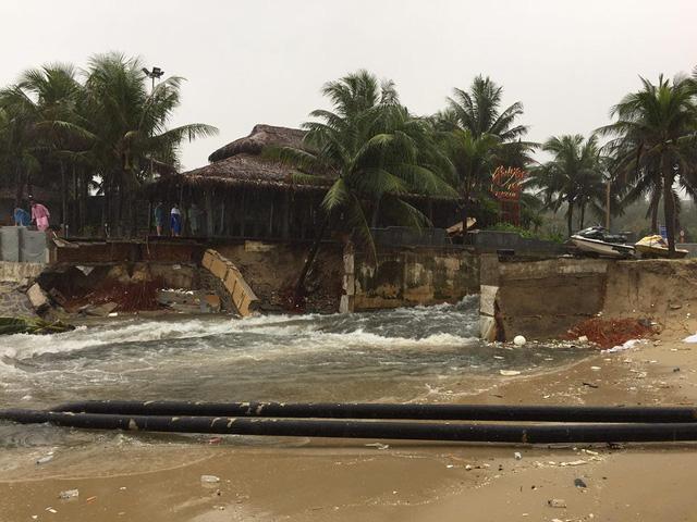 Đà Nẵng mưa lớn xé toạc bờ biển - Ảnh 1.