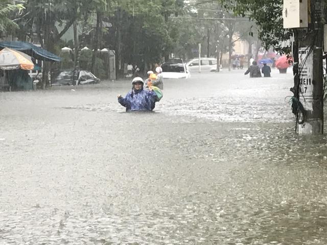 Mưa lớn kéo dài, Đà Nẵng tốc lực đào kênh thoát nước - Ảnh 1.
