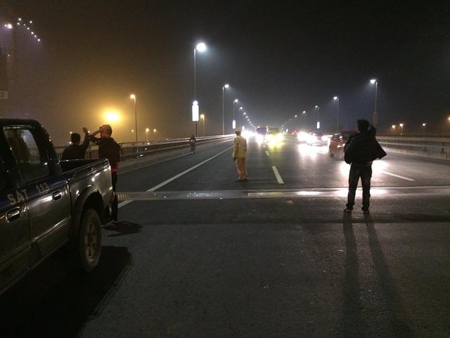 Ôtô chở đất vương vãi ra đường, hơn chục xe máy gặp nạn - Ảnh 2.