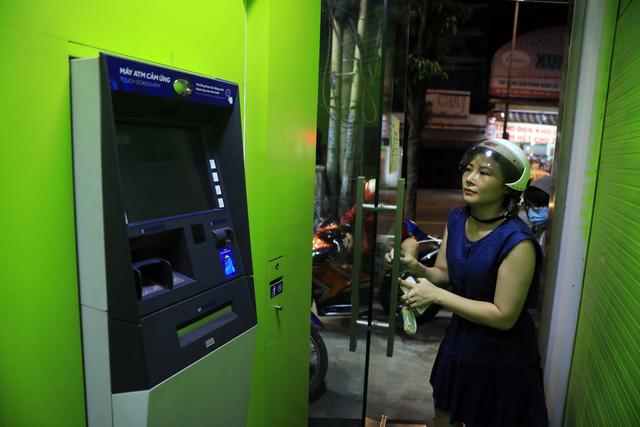 ATM tại TP.HCM kẹt trên diện rộng - Ảnh 4.