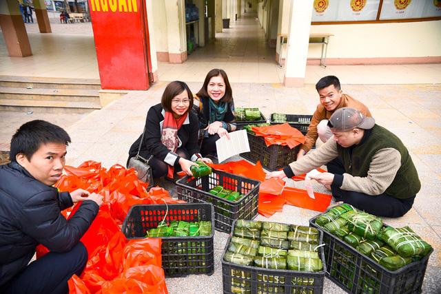 Cựu học sinh Hà Nội gói 2018 bánh chưng tặng người nghèo - Ảnh 5.