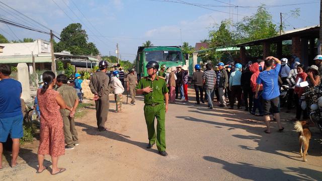 Hai phụ nữ chặn xe chở cát ở Tây Ninh được tại ngoại về ăn tết - Ảnh 1.