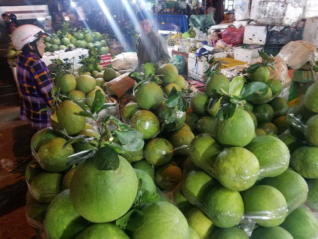 Chợ 28 tết, heo giảm giá, trái cây lập đỉnh - Ảnh 2.