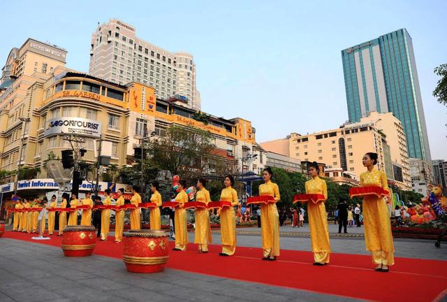 Đường hoa Nguyễn Huệ mở cửa đón khách du xuân - ảnh 2