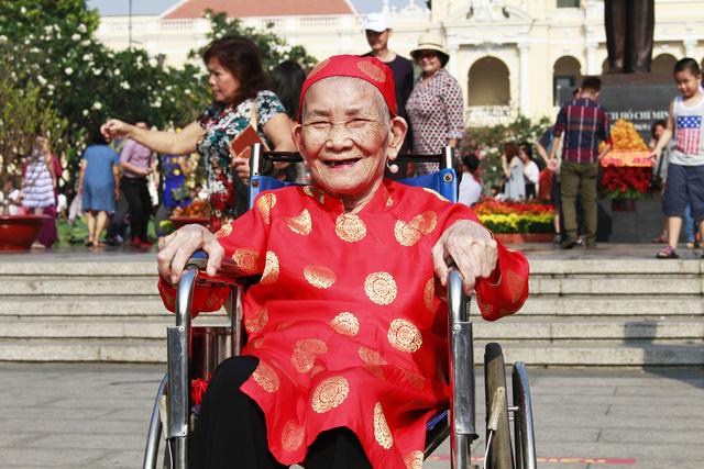 Đường hoa Nguyễn Huệ đông nghẹt khách ngày đầu mở cửa - ảnh 2