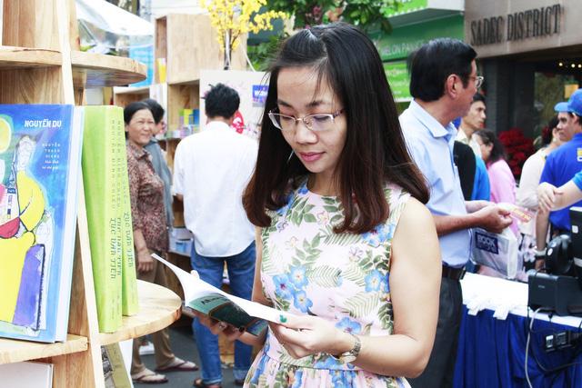 Đường hoa Nguyễn Huệ đông nghẹt khách ngày đầu mở cửa - ảnh 3