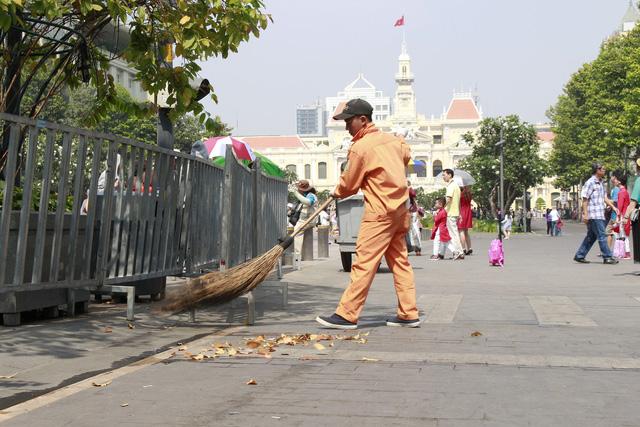 Đường hoa Nguyễn Huệ đông nghẹt khách ngày đầu mở cửa - ảnh 9
