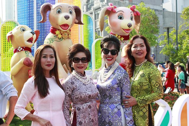 Đường hoa Nguyễn Huệ đông nghẹt khách ngày đầu mở cửa - ảnh 1