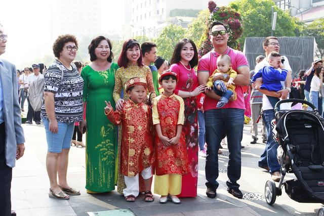 Đường hoa Nguyễn Huệ đông nghẹt khách ngày đầu mở cửa - ảnh 5