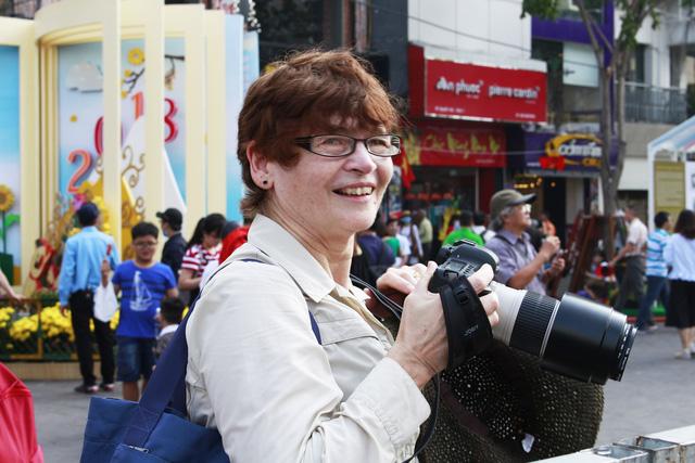 Đường hoa Nguyễn Huệ đông nghẹt khách ngày đầu mở cửa - ảnh 6