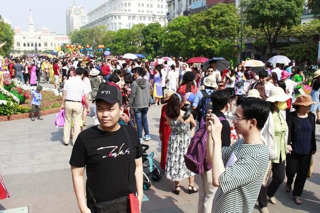 Đường hoa Nguyễn Huệ đông nghẹt khách ngày đầu mở cửa - ảnh 8