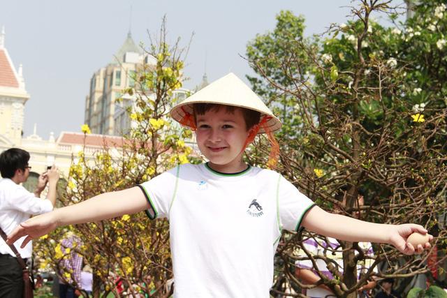 Đường hoa Nguyễn Huệ đông nghẹt khách ngày đầu mở cửa - ảnh 7