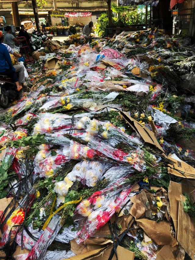 Chợ hoa sỉ lớn nhất Sài Gòn vỡ trận - Ảnh 2.