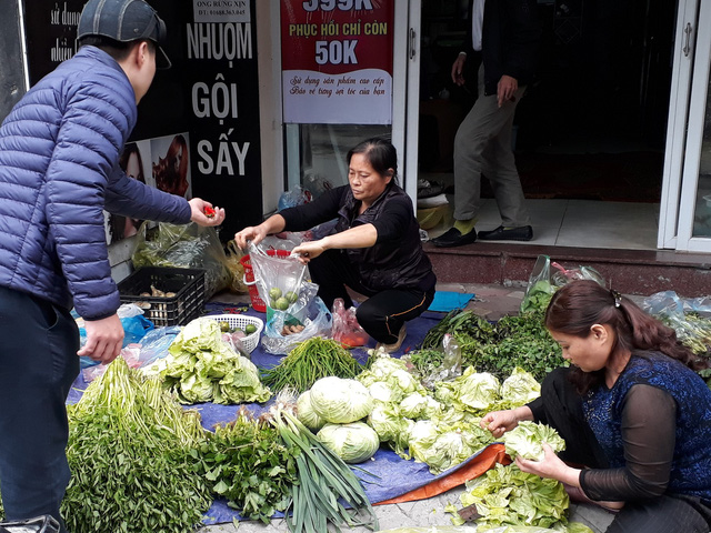 Rau ở Hà Nội đắt 4-5 lần so với ngày thường, mai sẽ giảm? - Ảnh 1.