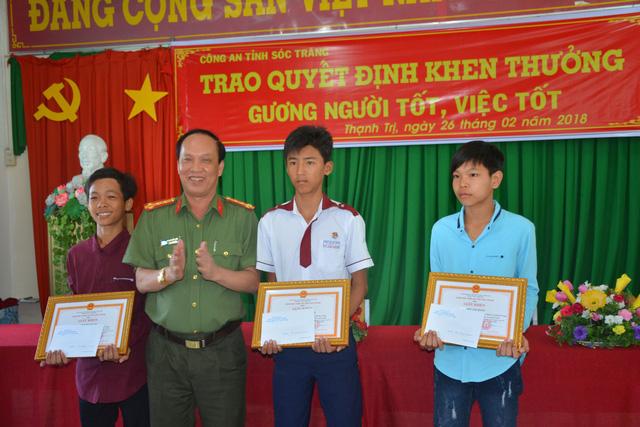 Khen thưởng 3 thiếu niên trả tiền cho người đánh rơi - Ảnh 1.