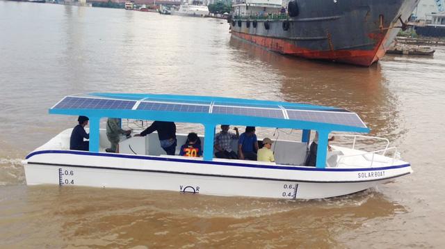 Tàu chở khách chạy bằng điện và năng lượng mặt trời - Ảnh 1.