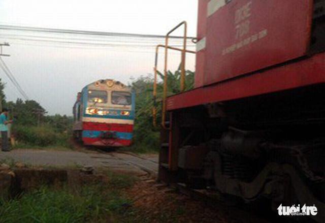 Hai tàu hỏa suýt tông nhau ở ga Dầu Giây - Ảnh 1.