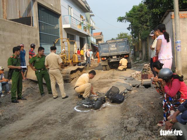 Xe tải lùi bất cẩn, một nữ sinh bị cán chết trên đường đi học về - Ảnh 1.