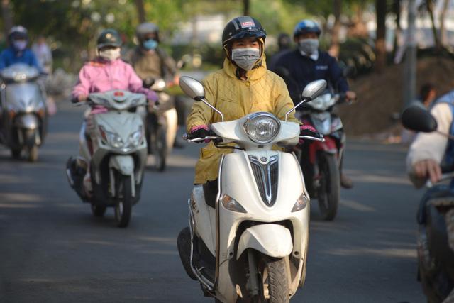Người dân ở TP.HCM mặc thêm áo ấm khi ra đường sáng nay 5-2 - Ảnh: LÊ PHAN