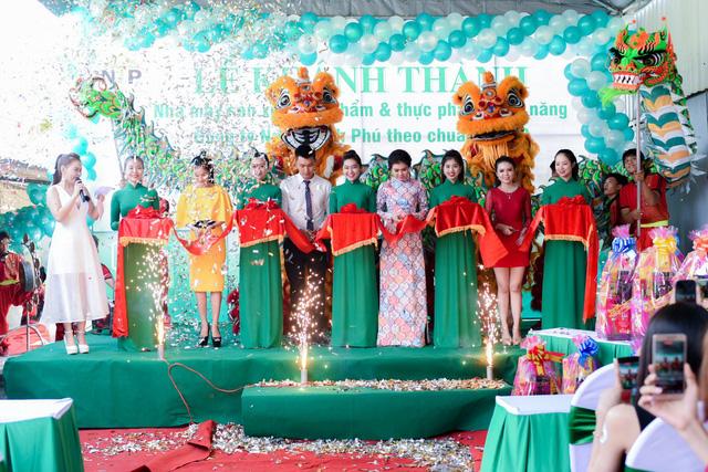 DV Quỳnh Lam cùng BGĐ Công ty Ngô Thanh Phú cắt băng khánh thành
