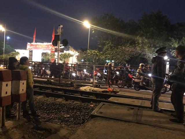 Đi bộ qua đường sắt bị tàu hỏa tông tử vong - Ảnh 1.