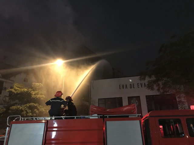Nhà 5 tầng bốc cháy trong đêm - Ảnh 2.