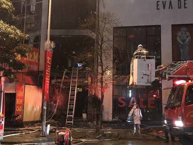 Nhà 5 tầng bốc cháy trong đêm - Ảnh 3.