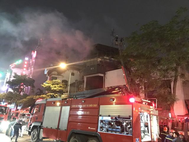 Nhà 5 tầng bốc cháy trong đêm - Ảnh 1.