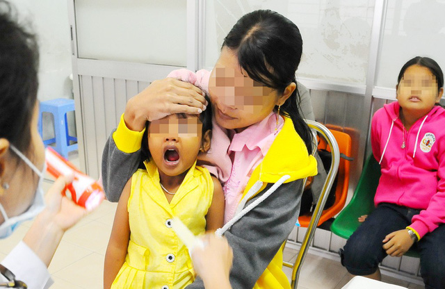 Đề phòng trẻ bị hóc dị vật ngày tết - Ảnh 1.