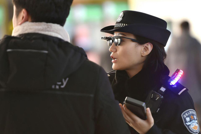 Cảnh sát Trung Quốc đeo kính thần dò tội phạm - Ảnh 3.