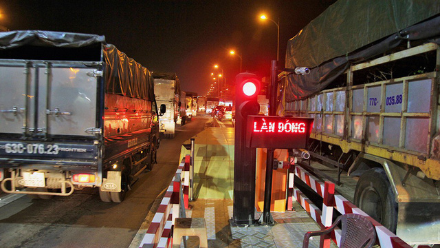 Trạm thu phí BOT cầu Rạch Miễu tạm ngưng thu phí giữa đêm - Ảnh 1.