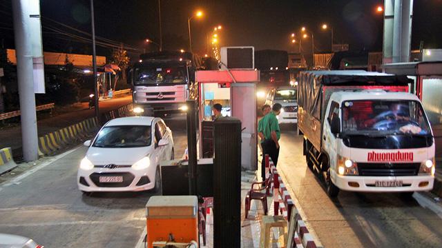Trạm thu phí BOT cầu Rạch Miễu tạm ngưng thu phí giữa đêm - Ảnh 2.