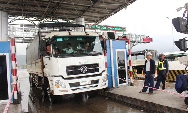 Tài xế thay lốp ôtô tại barie, BOT Ninh An liên tục xả trạm - Ảnh 2.