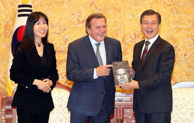 Cựu thủ tướng Đức tái hôn lần 5 với vợ trẻ Hàn Quốc - Ảnh 2.
