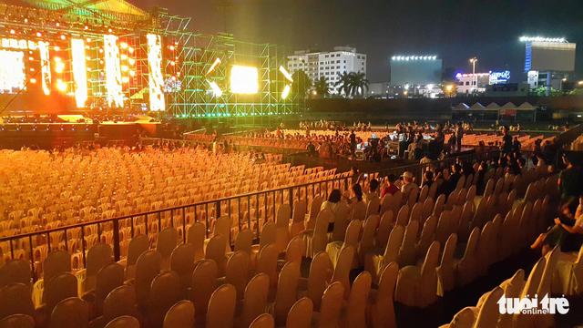 Festival Làn Sóng Xanh lèo tèo khán giả, không có nghệ sĩ lên nhận giải - Ảnh 2.