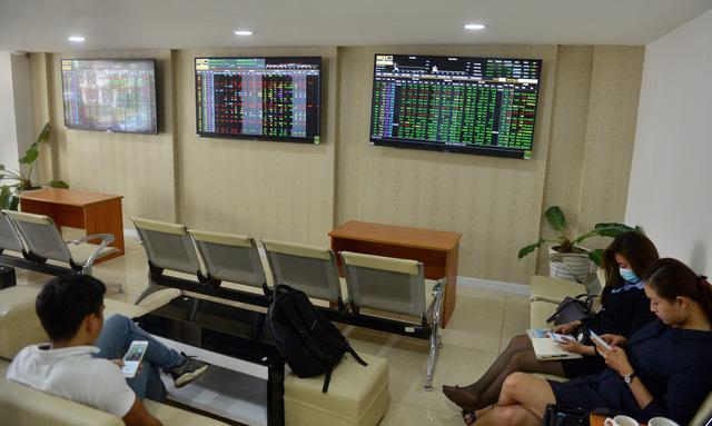 Cổ phiếu ngân hàng kéo thị trường chứng khoán đi xuống - ảnh 1
