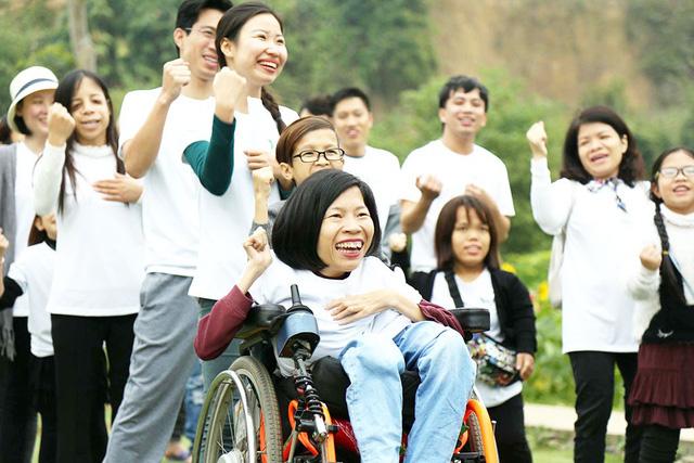 Cô gái mắc chứng teo tủy sống dạy nghề miễn phí cho người khuyết tật - Ảnh 1.