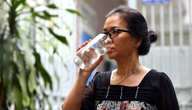 Có phải khi đứng không nên uống nước? - Ảnh 1.