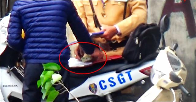 Tạm đình chỉ cán bộ, CSGT liên quan clip mãi lộ - Ảnh 1.