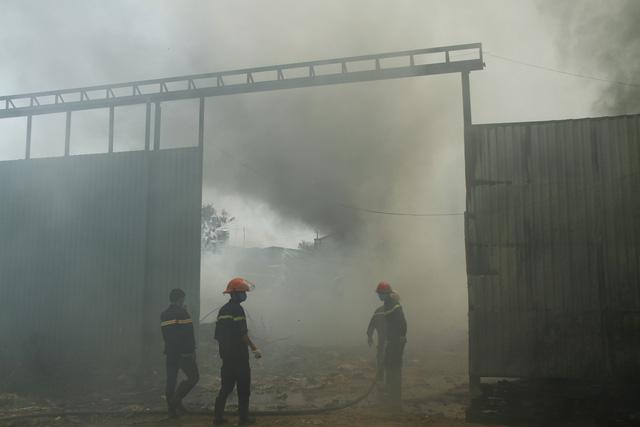 Cháy cơ sở phế liệu, sơ tán hàng trăm học sinh mầm non và tiểu học - Ảnh 1.