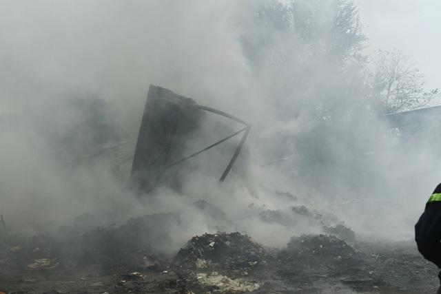 Cháy cơ sở phế liệu, sơ tán hàng trăm học sinh mầm non và tiểu học - Ảnh 3.