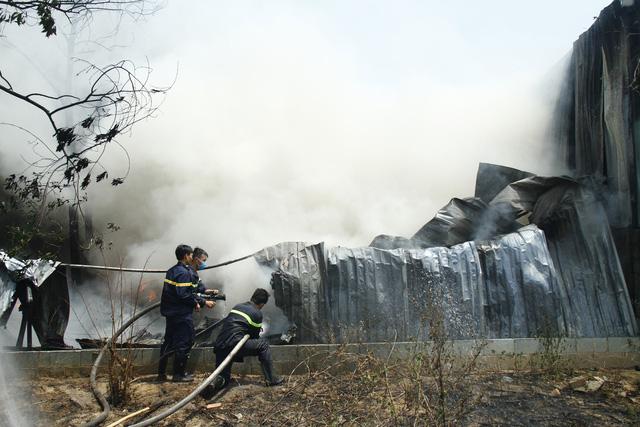 Cháy cơ sở phế liệu, sơ tán hàng trăm học sinh mầm non và tiểu học - Ảnh 2.