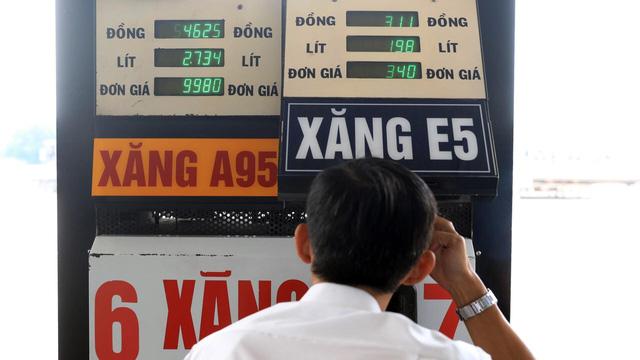 Người mua xăng A95 đang bù giá cho xăng E5 - Ảnh 1.